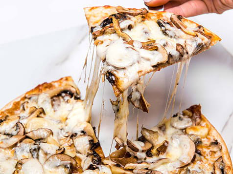 SKINNYPIZZA Franchise Serving a Slice